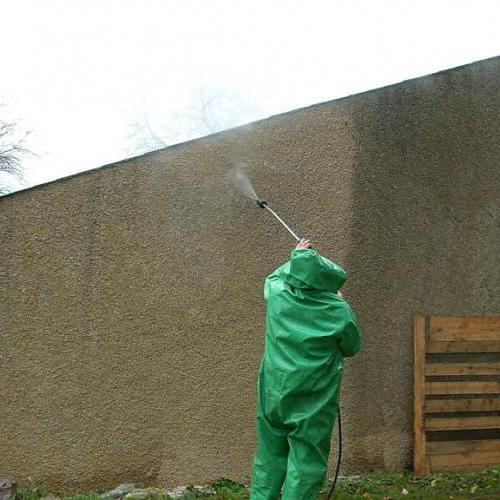 Mur en cours de nettoyage